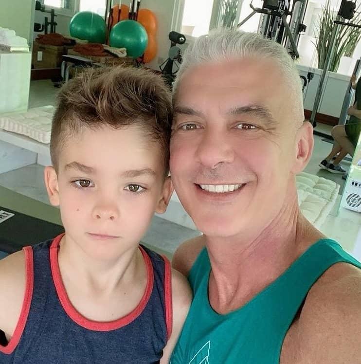 Alexandre Correa apareceu junto com seu filho com Ana Hickamnn