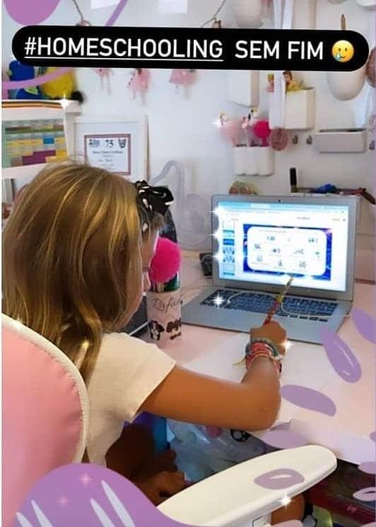 Filha de Angélica tendo aulas online no seu quarto