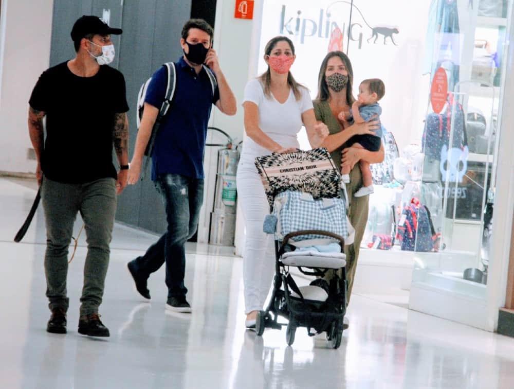 Bruno Gagliasso e Giovanna Ewbank com o filho Zyan e a babá do menino