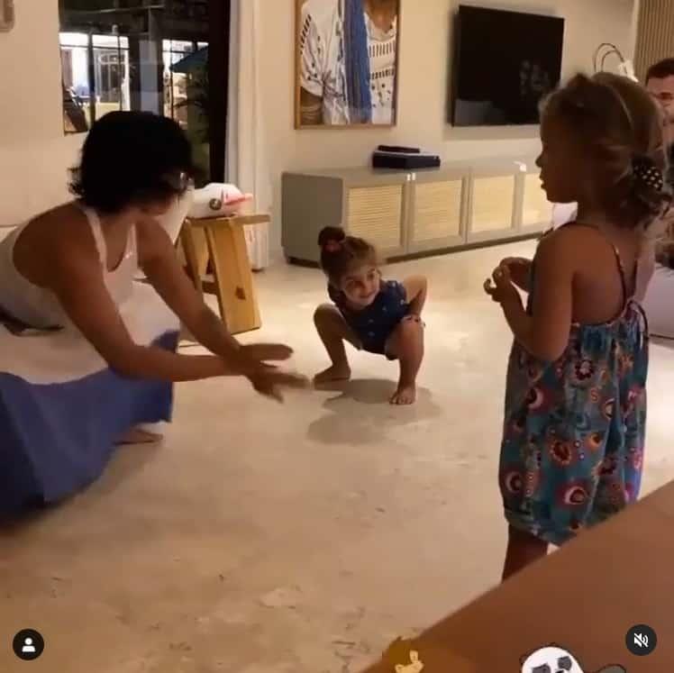 Gêmeas de Ivete Sangalo e Daniel Cady durante uma dança