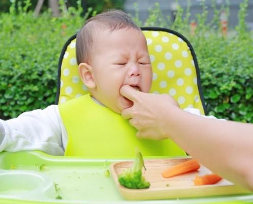 Saiba o que fazer em casos de engasgo de bebê