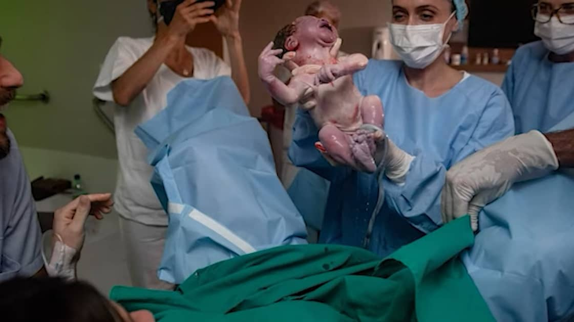 Filho de Giovanna Ewbank após nascer