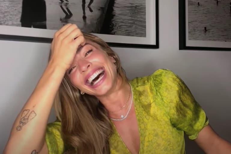 Grazi Massafera rindo ao falar sobre engravidar de Caio Castro
