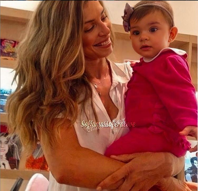 Grazi Massafera com a filha Sofia quando era bebê