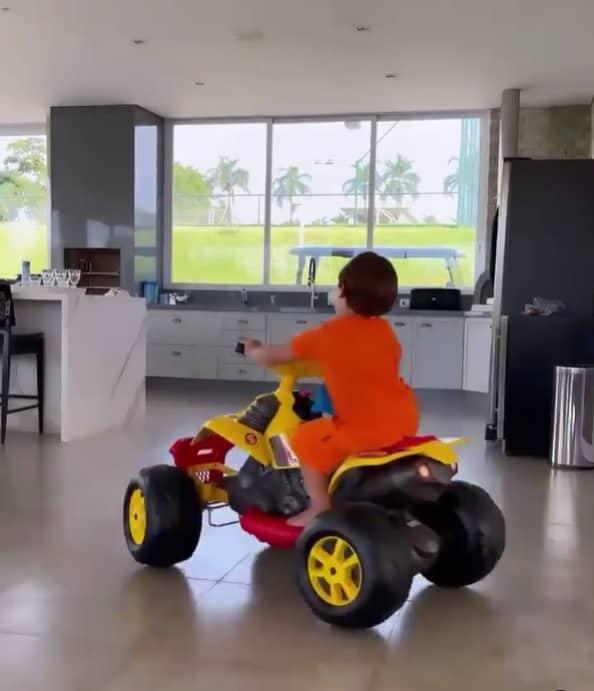 Filho mais velho de Gusttavo Lima no quadriciclo