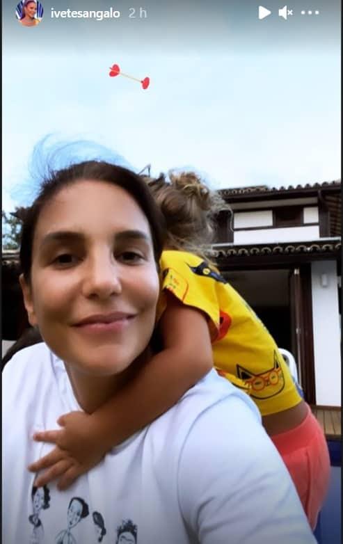 Ivete Sangalo com uma das gêmeas com Daniel Cady