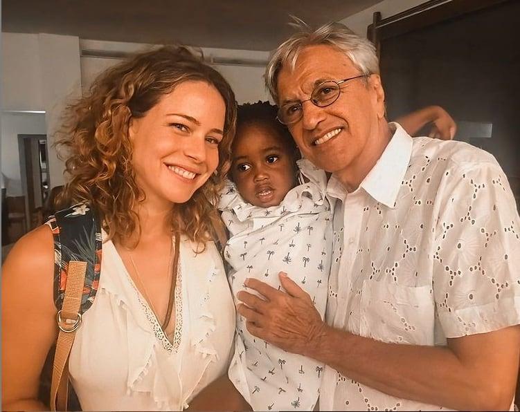 Leandra Leal com a filha e Caetano Veloso