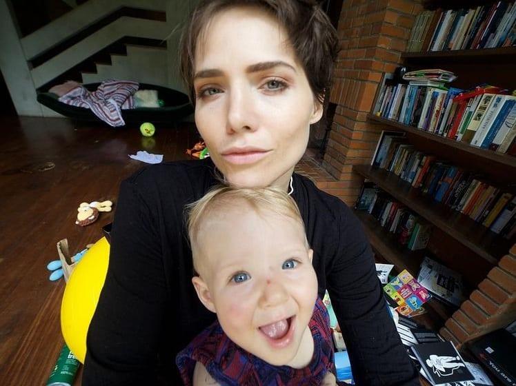 Letícia Colin junto com o bebê Uri