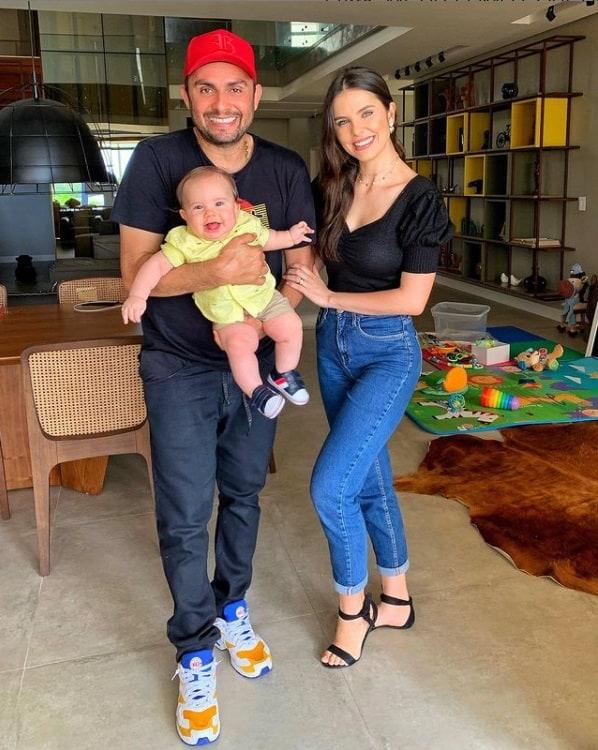 Mano Walter e Débora Silva com seu filho José Walter