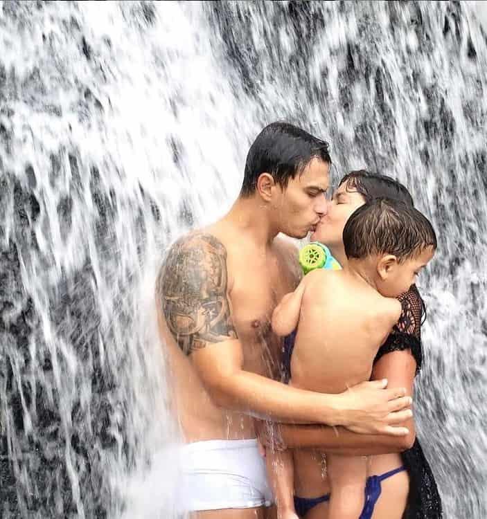 Mara Maravilha junto com o marido e o filho do casal