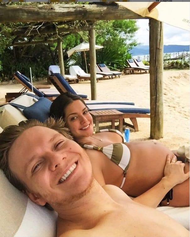 Michel Teló e Thaís Fersoza esperando Melinda
