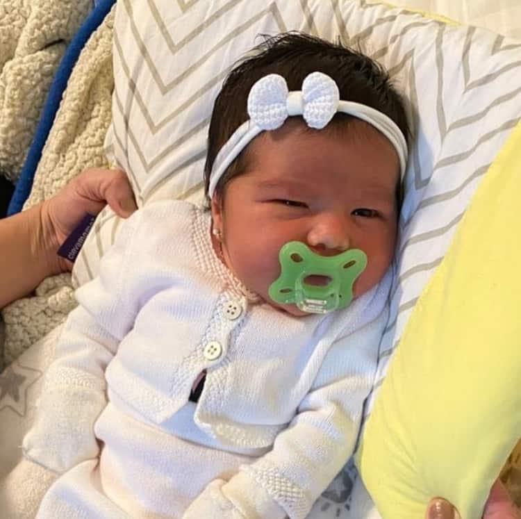 Filha de Simone em foto rara com os olhos abertos