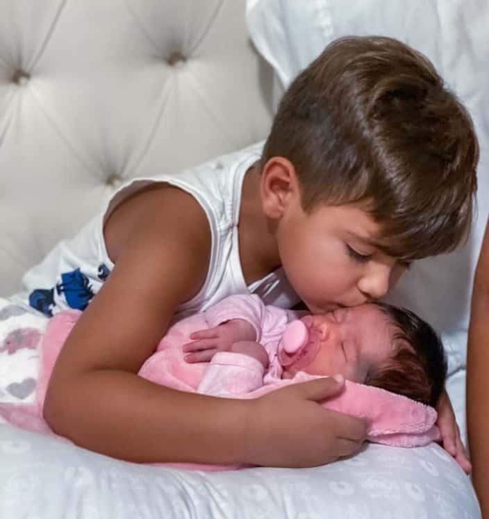 O menino Henry e sua irmãzinha Zaya, filhos de Simone