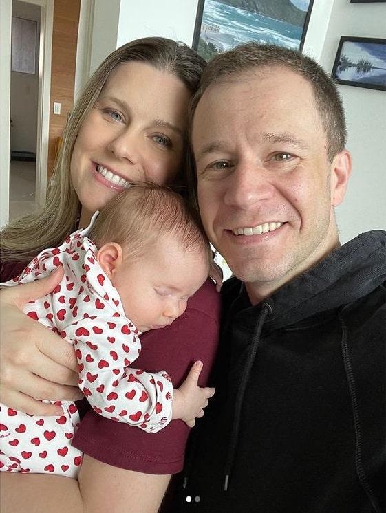 Tiago Leifert com sua bebê e a esposa