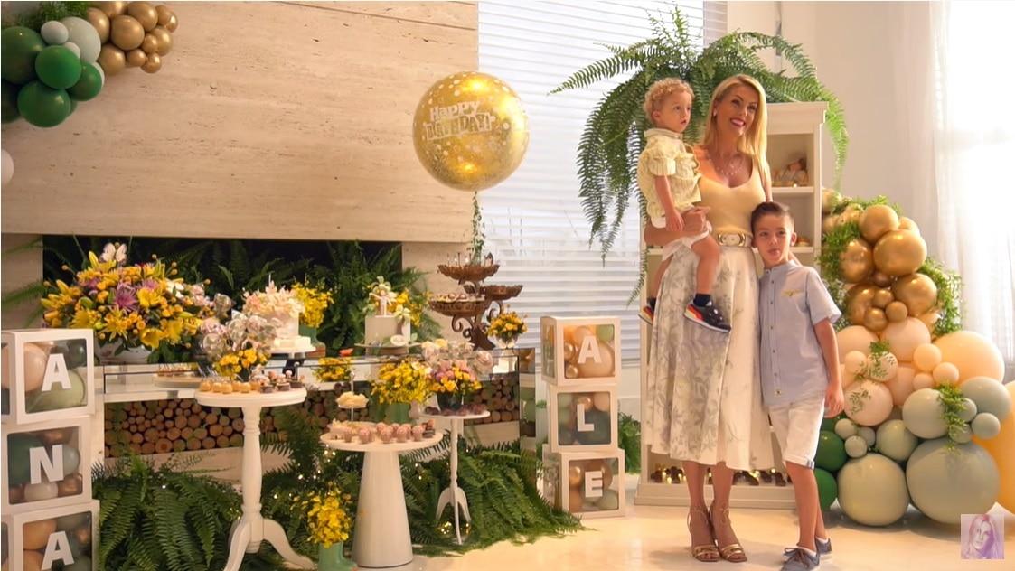 Ana Hickmann junto do filho e do sobrinho no aniversário