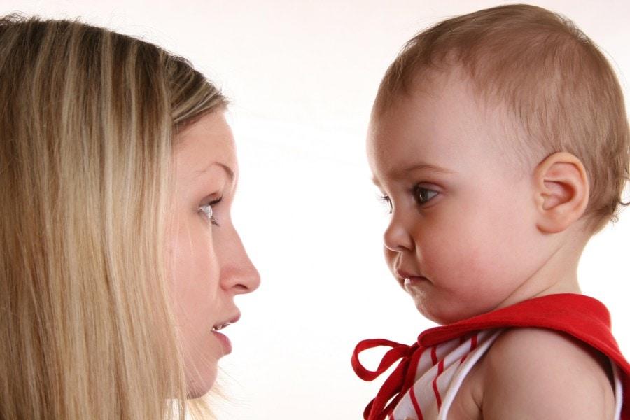 Abaixar para falar com o bebê facilita o baby talk