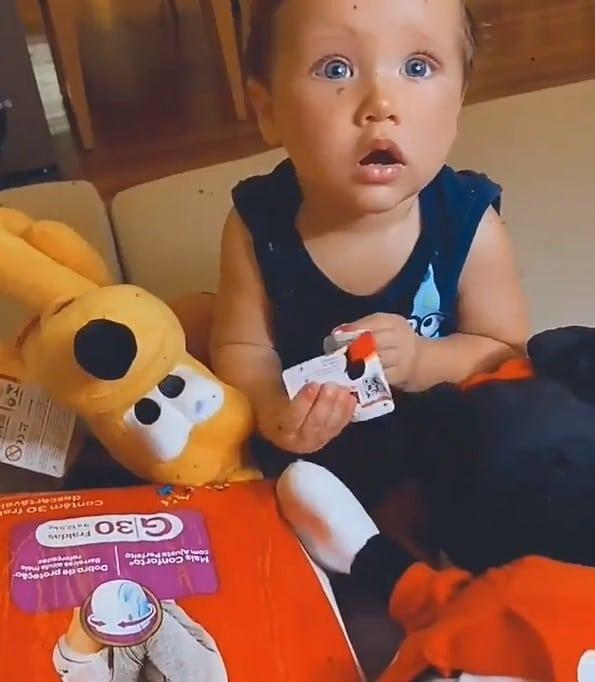 Bebê de Bruno Gagliasso com os seus presentes