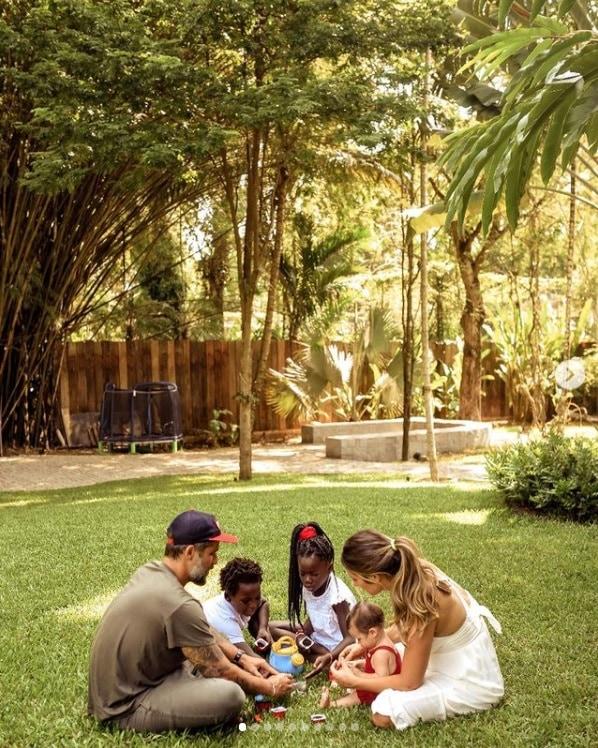Bruno Gagliasso e Giovanna Ewbank com os filhos no jardim