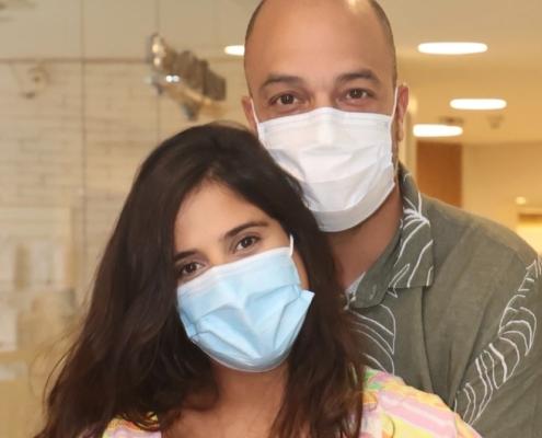 Camilla Camargo saindo da maternidade com seu marido