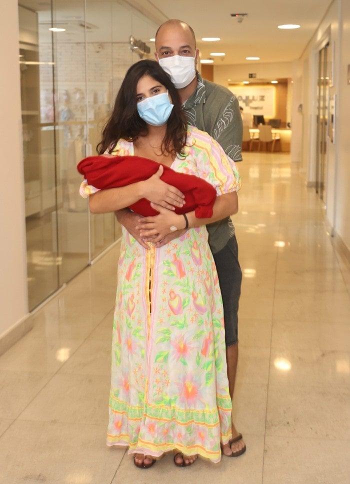 Camilla Camargo e a filha recém-nascida