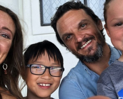 Após o filho pedir um irmão, os pais decidiram adotar uma criança bem especial