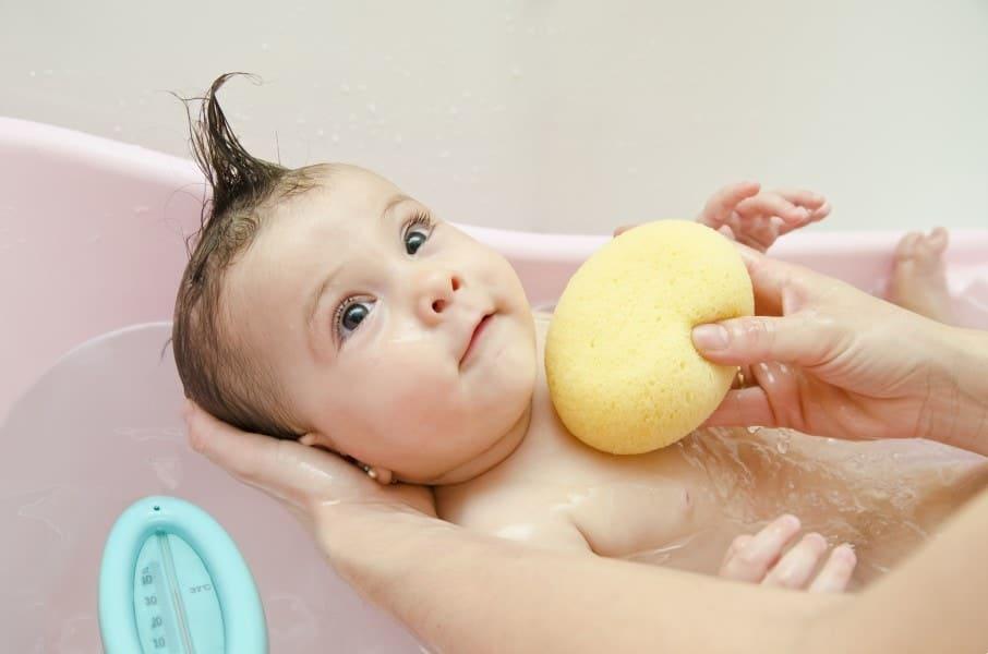 Veja como se preparar para dar banho no bebê e os produtos que devem ser usados