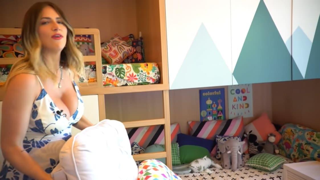 Giovanna Ewbank mostrando a parte do quarto que é de Bless
