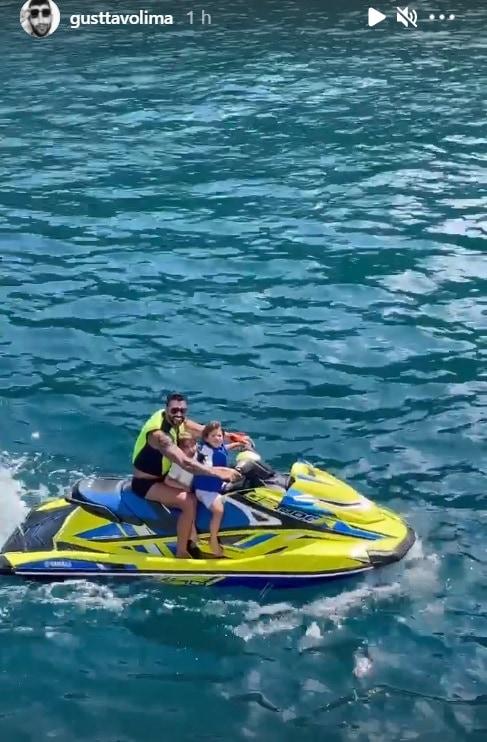 Gusttavo Lima em passeio de jet ski com os filhos