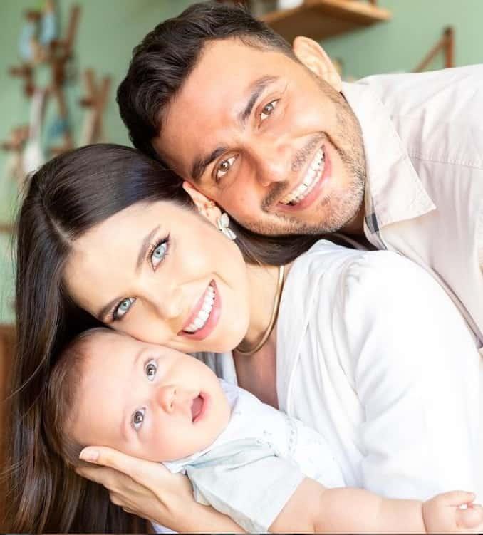 Mano Walter e Débora Silva com seu bebê