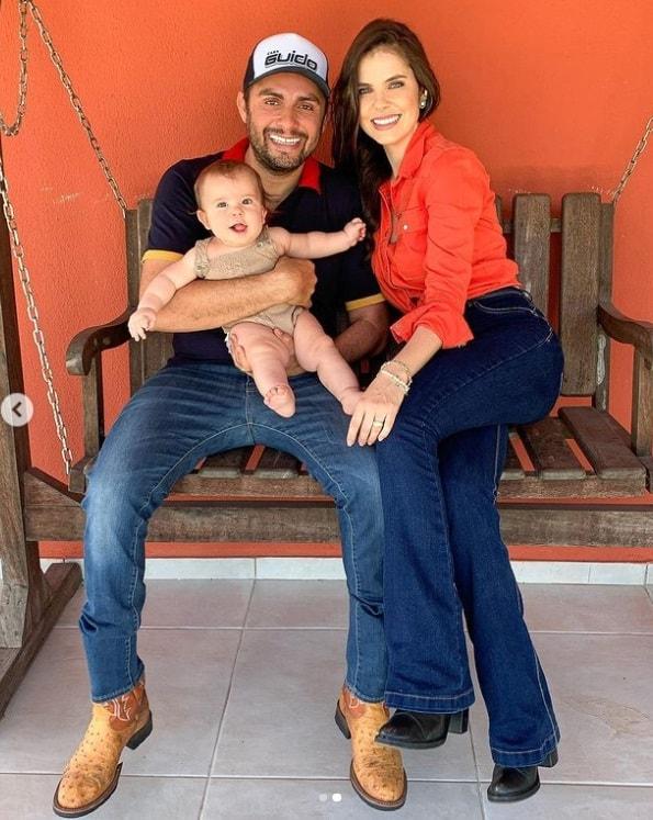 Mano Walter e a esposa com seu bebê