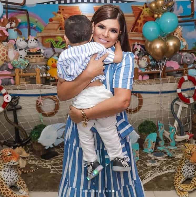 Mara Maravilha e o filho em frente a festa