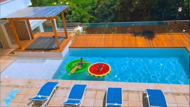 Mayra Cardi com a filha na piscina da sua mansão