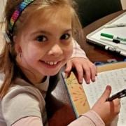 Apesar de não conseguirem ajuda nos planos de saúde, os pais compraram o aparelho para a menina