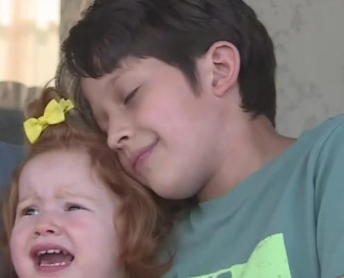 O menino e a irmã estavam brincando, quando ele percebeu que a bebê estava muito quieta