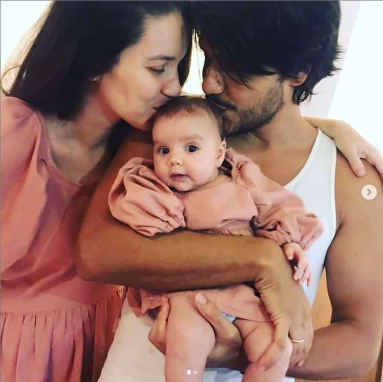 Nathalia Dill e seu noivo com a pequena Eva