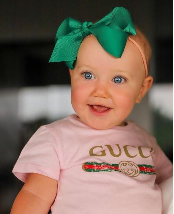 Bebê de Roberto Justus com uma roupa de luxo