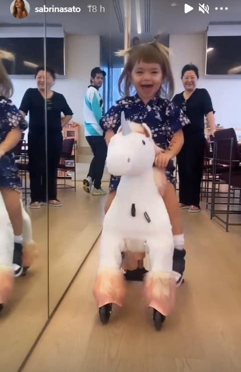 Filha de Sabrina Sato com seu brinquedo bem inusitado