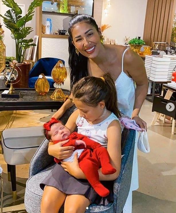 Simaria com sua filha e sua sobrinha recém-nascida
