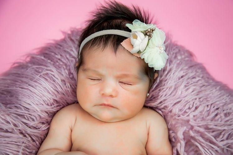 A pequena Zaya em seu ensaio newborn