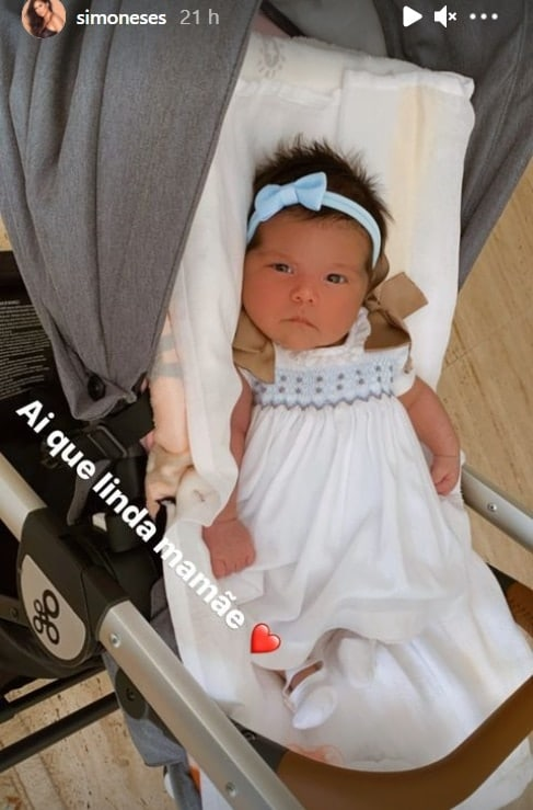 A filha de Simon, a bebê Zaya, de olhos abertos
