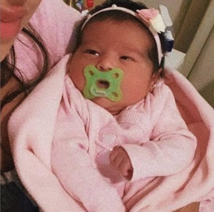Filha recém-nascida de Simone de olhos abertos