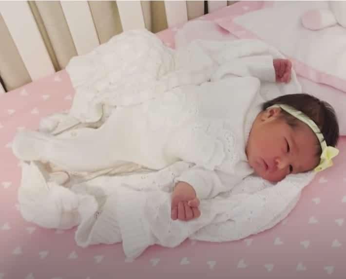 Filha de Simone dormindo no berço