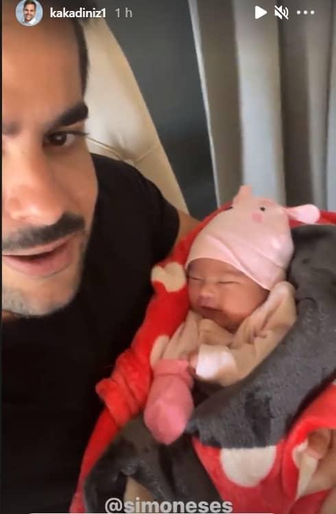 Recém-nascida de Simone junto com seu pai