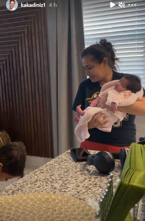 Filha recém-nascida de Simone junto com a babá