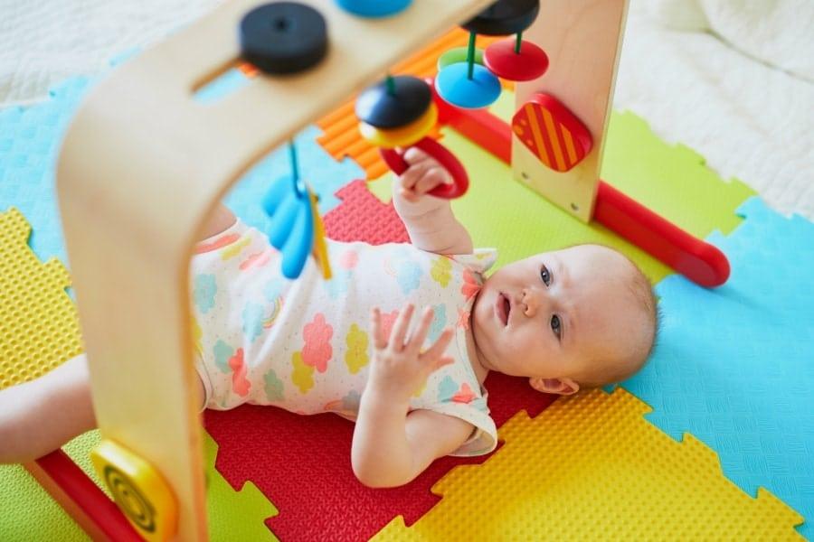 Os tapetes de atividades para bebês são vendidos em lojas infantis