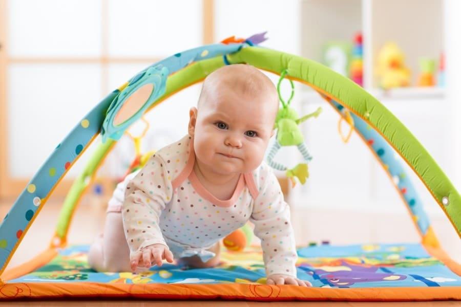 Os tapetes de atividades para bebês ajudam os pequenos a se movimentarem