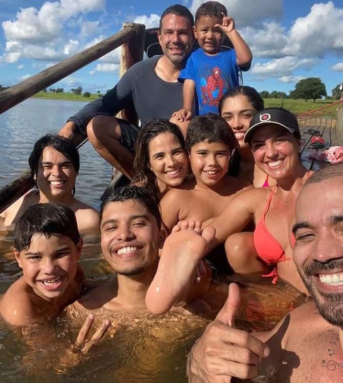 Wanessa Camargo com seus filhos ao lado de Graciele Lacerda