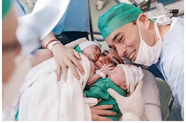 Andréia Sadi e André Rizek com seus bebês