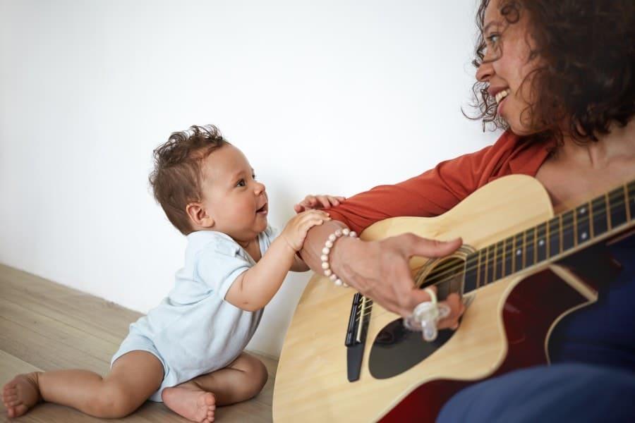 Uma das dicas para estimular o bebê a balbuciar é usar músicas