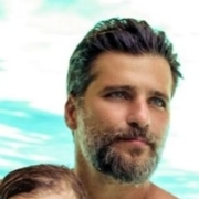 Bruno Gagliasso esteve com filho na piscina da mansão